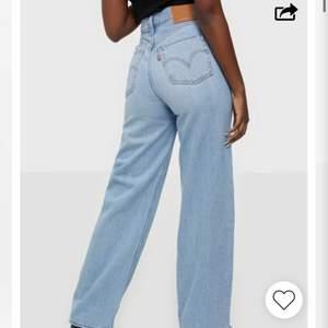 Säljer mina snygga levis jeans i storlek 25💞 säljer för 500kr+ frakt🥰 kolla även in mina andra plagg jag säljer!!🥰✨ (bilder från nellys hemsida), kom privat för fler bilder🥰