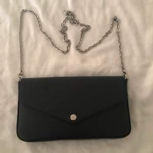Säljer en svart väska från Louis Vuitton Modell: FELICIE GM EPI NOIR. Köptes i Louis Viutton i marbella. Oanvänd och modellen är slutsåld.  Kvitto och äkthetsbevis finns. Skriv för fler bilder! Köpt för 10.000 kr för 1 år sedan. Frakt står köparen för!