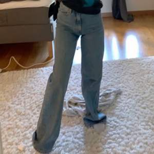 Så fina raka jeans. För långa för mig som är 160, men går både att klippa ner och fålla ner om man skulle vilja INNERBENSLÄNGD 78cm. Jag brukar ha 34 i jeans och dom sitter bra. Bra skick inte använda så mycket, lite slitet längst ner i byxbenet men bara snyggt tycker jag ich inget som syns(bild 2). Skriv vid frågor💙