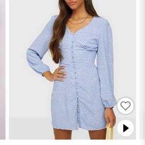 Jag söker denna klänning från Glamorous i storlek 38