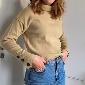 Helt oanvänd sweater från NAKD i storlek S, prislapp finns kvar.