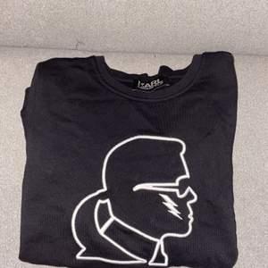 En Karl Lagerfeld sweatshirt i storlek 38/40. Svart Sweatshirt som inte har använts.