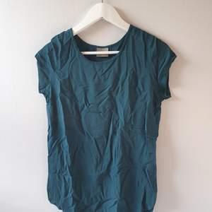 T-shirt från Vero Moda. Helt oanvänd i storlek M men passar såklart xs/s om man vill ha den oversized.