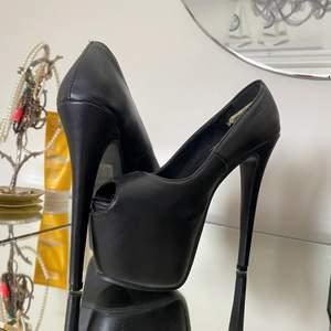 Svarta (riktigt höga skor) ganska bekväma men som sagt oerhört höga! Används ett få antal gånger