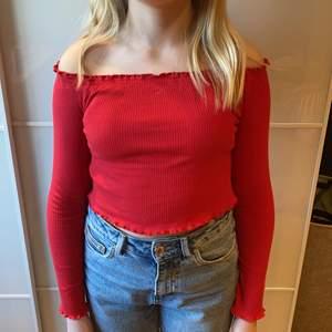 En väldigt gullig röd tröja från HM. Bra skick kommer inte till användning längre. Den är ribbad vilket gör att den blir stretchig och bekväm.