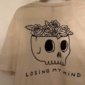 Cool t-shirt från herravdelningen på H&M. Knappt använd så den har fint skick. Köparen står för frakt.