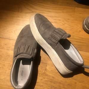 Gulliga skor!! Tyvärr har jag för många skor, därav säljer jag dessa. Tvättas innan köp!                          Frakt ingår inte i priset, kan mötas upp i Stockholm💓