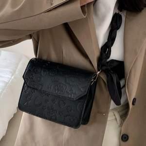 Super fin och söt väska med jättefina mönster🖤  aldrig använd