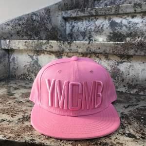 """En rosa keps där det står """"YMCMB"""" på. 2X på denna keps. Den är justerbar 💓💓💓 Först till kvarn!"""