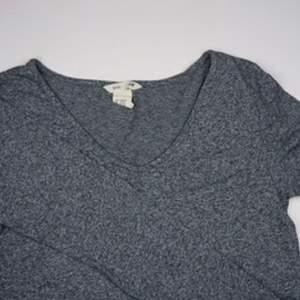 Långärmad tröja från H&M sport/lounge. Bekvämt och stretchigt material så passar perfekt för exempelvis yoga och dans. I stor barnstorlek, motsvarar storlek XS. Se fler trendiga träningskläder på vår Instagram @oak_uf!