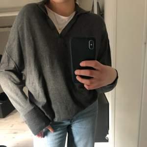 Grå långärmad tröja i ett superskönt material i storlek XS men skulle säga att den är mer som S-M!  Köparen står för frakten. Skriv privat om du har frågor🥰💕