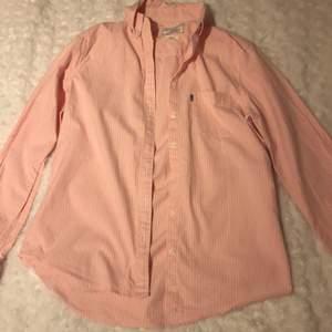 Vit rosa randig lexington skjorta. Ordinarepris: 1 995kr. Köparen står för frakt.