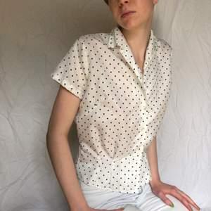 Säljer denna jättefina vita vintageblus från 50/60-talet med blå prickar, så fin och klassisk perfekt till sommaren med jeans eller en kjol för en Audry Hepburn vibe. En knapp saknas (se bild), annars mycket bra skick🌷🌷🌷
