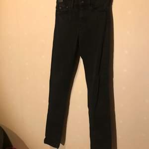 Svarta skinny jeans med hög midja.