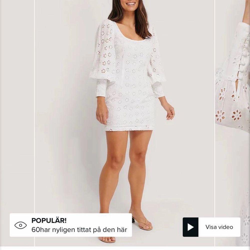 Säljer denna jättefina klänning för endast 300kr (pris ink.frakt!)🤩 i stolek 40. Slutsåld på NAKD, och även originalpris 500kr. Perfekt som studentklänning! Aldrig heller använts då den var tänkt till student men annan hittades senare. . Klänningar.