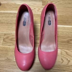 Säljer mina rosa klackar pga att de ej kommer till användning nån mer. Köpta ifrån Dinsko för nått år sedan. Pris kan diskuteras samt fler bilder kan skickas på förfrågan.