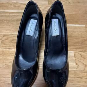 Säljer dessa fina dior klackar pga att de ej kommit till användning. Kvitto finns ej. Skorna är små i storlekarna, jag bär 37-38 och de är lite för stora för mig. Pris kan diskuteras, hör av er för mera bilder.