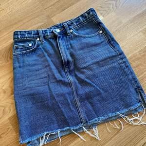 Blå jeanskjol i storlek 36. I superfint skick!