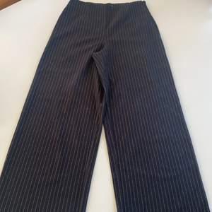 Randiga utsvängda byxor, svart och silver. Sitter fint, ganska tunna så passar till våren.