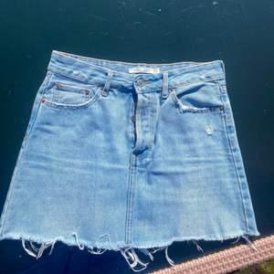 Söt jeanskjol från bershka i storlek 36!