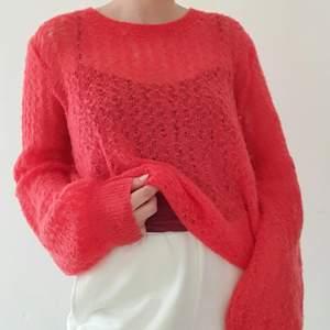 Jättemysig ljusröd stickad tröja 🍒 Skickar gärna fler bilder och köparen står för frakten som tillkommer på 45 kr!