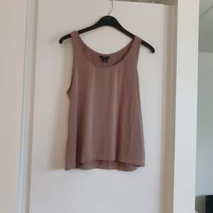 Ett brunt linne i oversized modell från Monki storlek M. Fraktkostnaden tillkommer.