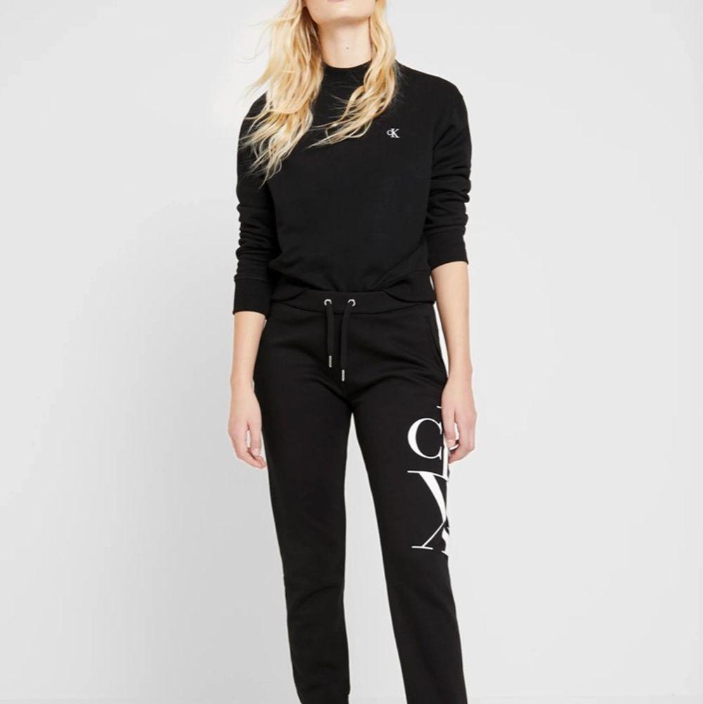 Helt ny superfin Calvin Klein crewneck, aldrig använd. Säljer på grund av att den är för liten. Köpt för 800kr plus frakt . Huvtröjor & Träningströjor.
