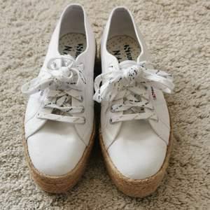 Köpta förra året, ett par högre sneakers. Använt 1 gång men har för många sneakers så dessa får gå 😓 sköna att gå i och sitter bra. Helt vita utan repor.