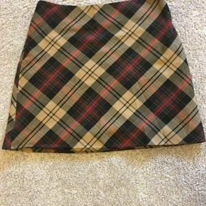 Kort kjol från Newyorker med dragkedja, nästan oanvänd i storlek M