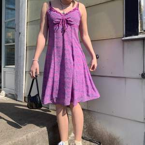 Säljer denna lila klänningen med små blåa blommor på🌸 på mig som är 161 går den precis till knäna. Passar perfekt till våren/sommaren, den är väldigt sval och skön☀️ köparen står för frakten📦 budgivningen avslutas den 25:e📆