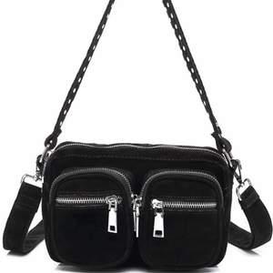 Säljer min Äkta noella väska med prislappen kvar ! Den är super snygg å kan matcha till alla olika outfits ! Köpte ny