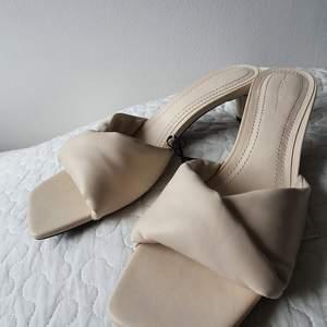 Säljer dessa HELT OANVÄNDA lågklackade sandaler i storlek 40 från Berhska. Klacken är 5 cm hög. Nypris 359 kr säljer för minst 300 kr