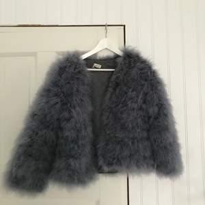 """Säljer dessa tre knappt använda pälsjackor. 1. Grå """"pellobello"""" jacka. 2. Rosa faux fur från Nelly. 3. Svart faux fur pälsvest. Säljer vardera jacka för 80kr, alla i storlek M. Köparen står för frakten 💗"""