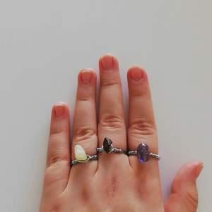 Handgjorda ringar som jag gör själv! Just nu så har jag dessa kristaller: Tiger Öga ( den i mitten) Jadeit ( den ljusa på min ring finger), Rose quartz och även andra pärlor ( se bild 2). För att beställa välj kristall/pärla och storlek. 59 kr med kristaller och 50 för andra pärlor. Finns även på min instagram att köpa ❤ Gärna stötta min tiktok, instagram och plick för att jag får inga beställningar..