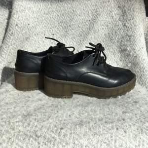 Svarta platå skor. Från monki envönda en gång när jag gick till affären. Kändes inte som min stil alls. Äkta läder. Super fina. Till och med sprayat dom så de ska tåla att vara i regn lite.