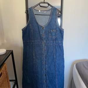 SÅ fin jeansklänning med knappar hela vägen på framsidan! Köpt secondhand men tyvärr är den för liten på mig:( Är en storlek 44!  Frakt tillkommer efter vägning eller hämtas hos mig i Umeå!