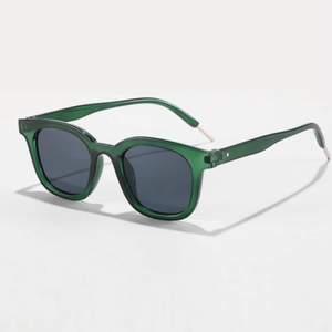 Ett par gröna solglasögon köpta på Shein, som tyvärr inte kommer till någon användning💚💚