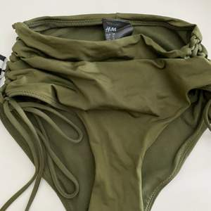Säljer denna jätte fina och bekväma bikini underdel. Extrem bekväm om man vill ha en  bikini som täcker magen. Ben är justerbar på sidorna som man väljer själv hur mycket man vill spänna.(den är använd 2 gånger endast och kommer att tvättas innan den fraktas) Den är i storlek 38 men skulle säga den passar en xs-m.🌸🌺