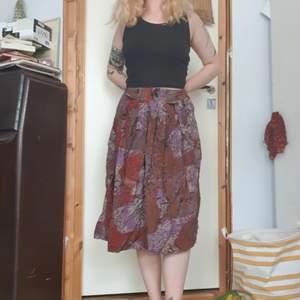 jättefin kjol med lätt glansigt material, resår i midjan å vackert skiftande mönster!