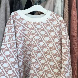 Hej! Nu säljer jag en jätte fin vår tröja som köptes förra våren.. Nypris 199kr men jag säljer den för 70kr. Tröjan är en av mina favoriter och är i ett bra skick inga tydliga defekter och inte urtvättad. Skriv om du het frågor osv..✉️