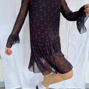 Säljer min snygga klänning från NA-KD pga inte min stil. Använd typ 3ggr. Jättebra skick och så bekväm och fin på kroppen. Passar mig bra som är M/L
