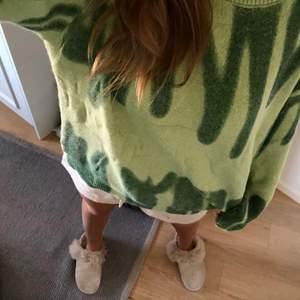 Helt oanvänd Verge Girl inspirerad grön stickad tröja. Jätteskönt material och bra kvalité. Passar S-L eftersom att den är oversized.