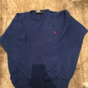Hej jag säljer den här blå stickat polo tröjan 99% bra skick