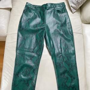 Säljer dessa fake läder byxor från nakd. Fint skick då jag inte fått så mycket användning för dom. Dom är ankellängd!!! Kan mötas i Stockholm eller frakta men köparen står för frakten💕