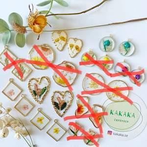 handgjorda torkade blommorörhängen, prisklass: 65-95kr per par, när du köper mer än ett par får du rabatt :) nickelfria krokar.‼️ 🚀följ min Instagram för 2kr rabatt 🎉 @kakaka.se