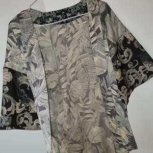 Super fin skjorta, finns inga knappar. Knappt använd, storlek xs men passar även s