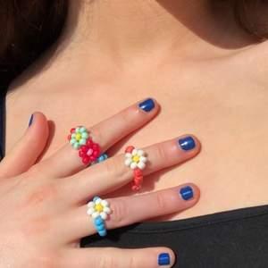 Säljer dessa ringar som jag själv gjort. Dessa är exempel på hur de ser ut så det går även att lägga en beställning med egen vald design, alltså vilka färger man vill ha (färger på sista bilden). Ring med 1 blomma: 20 kr 🌺 Ring med BARA blommor: 25 kr💕
