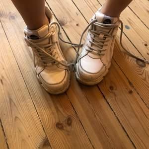 Vita buffalo platå skor!! Så snygga o passar bra om man vill bli ett par cm längre