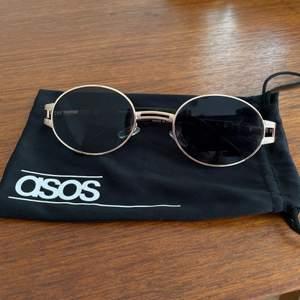 Väldigt snygga solglasögon i ok skick. Fodralet ingår. Köpare står för frakt🌞