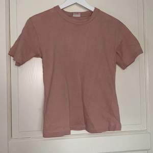 """Säljer denna söta rosa """"baby tee"""" ❤️                            Super fin rosa färg , storlek S❤️                                    50kr+ 24kr frakt ❤️"""